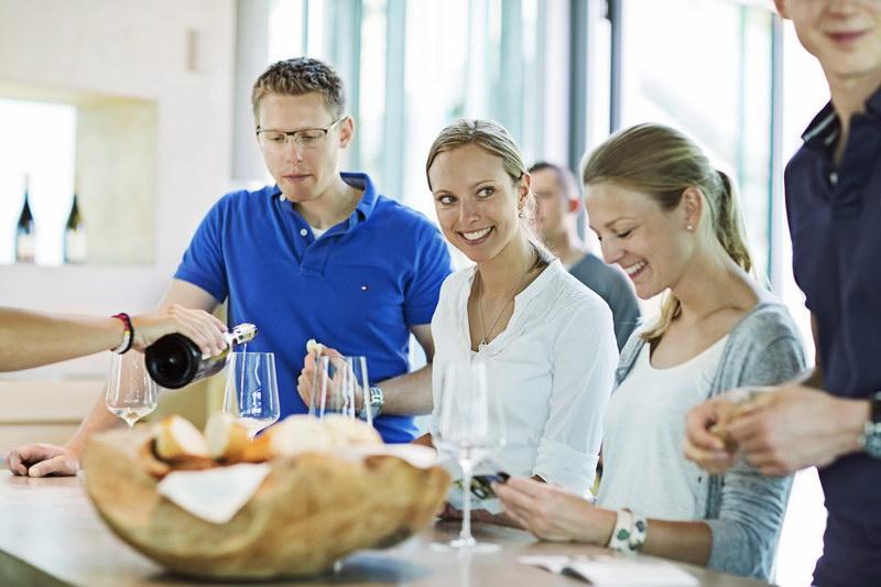 Picie białego wina Rieslinga w restauracji